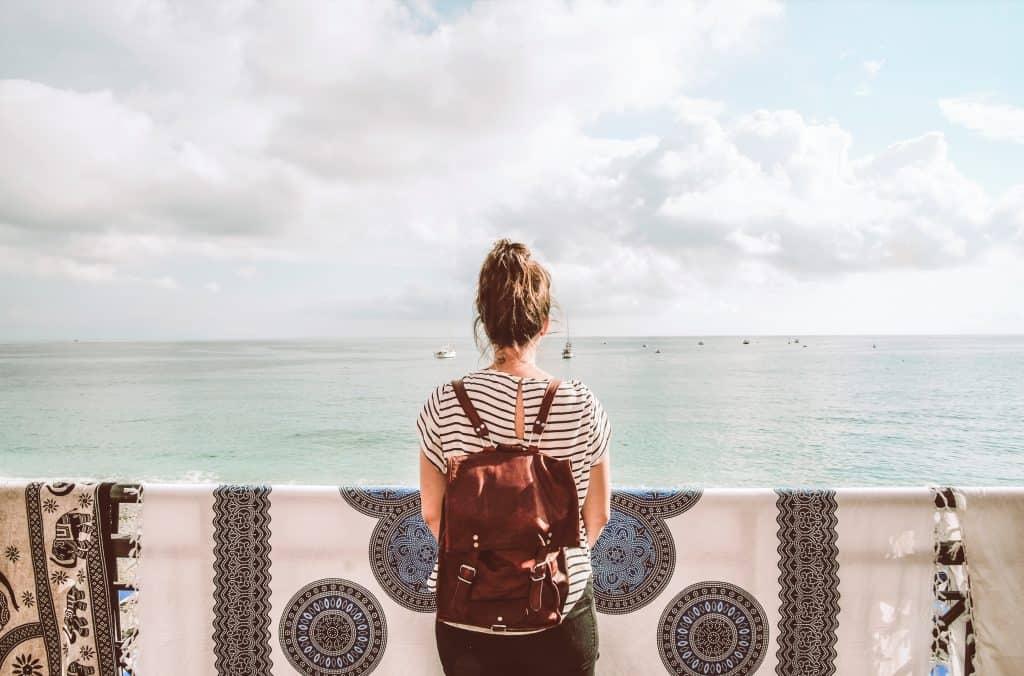 how to travel minimalist.